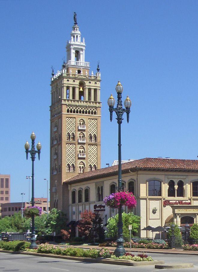 Yo fui a la Giralda. Es el campanario de la Catedral de Sevilla. Es muy alto y muy bonita.