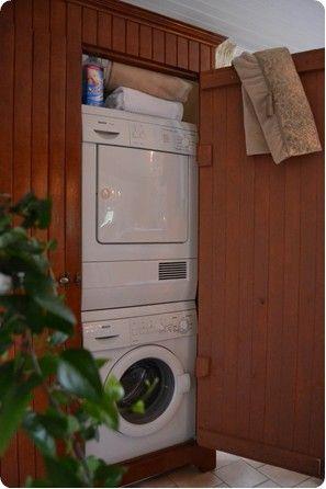 Platsbyggt skåp som rymmer tvättmaskin, torktumlare och tvätt