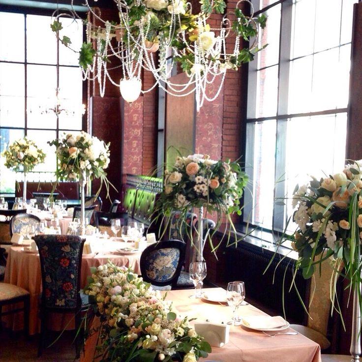 Оформление зала цветами в ресторане Мэри Джейн
