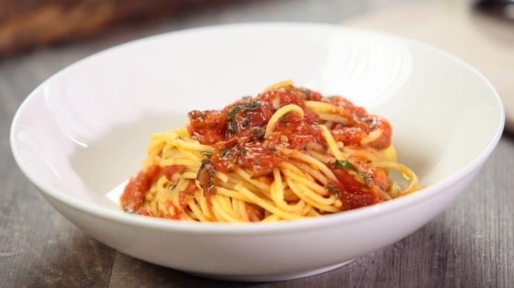 Ricetta Spaghetti rustici: Gli spaghetti rustici sono un primo piatto veloce, leggero e aromatico. Da preparare proprio all'ultimo momento per una piatto di spaghetti sciuè sciuè.