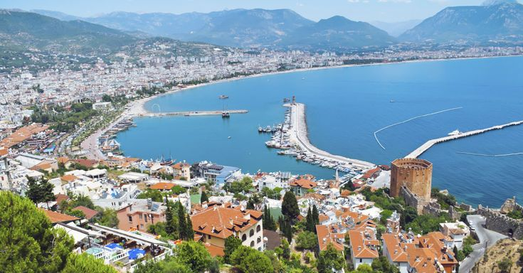 Det solsikre Tyrkiet er et rejsemål, som passer til alle budgetter. Du kan finde alt fra billige familiehoteller til fremstjernet luksus, og på næsten alle niveauer kan du tilkøbe All Inclusive. Der er mange skønne byer, og vi vil gerne hjælpe dig med at finde den by, som passer til dine behov. Derfor finder du her en beskrivelse af 8 skønne badebyer i Tyrkiet, og hvilke typer rejsende byerne henvender sig mest til.