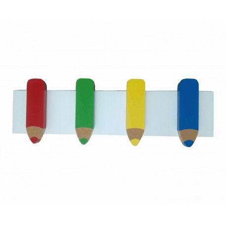 Perchero infantil con cuatro colgadores en forma de lápices, lacados cada uno en un color. Lo encontrarás en www.lafabricadeladecoracion.com