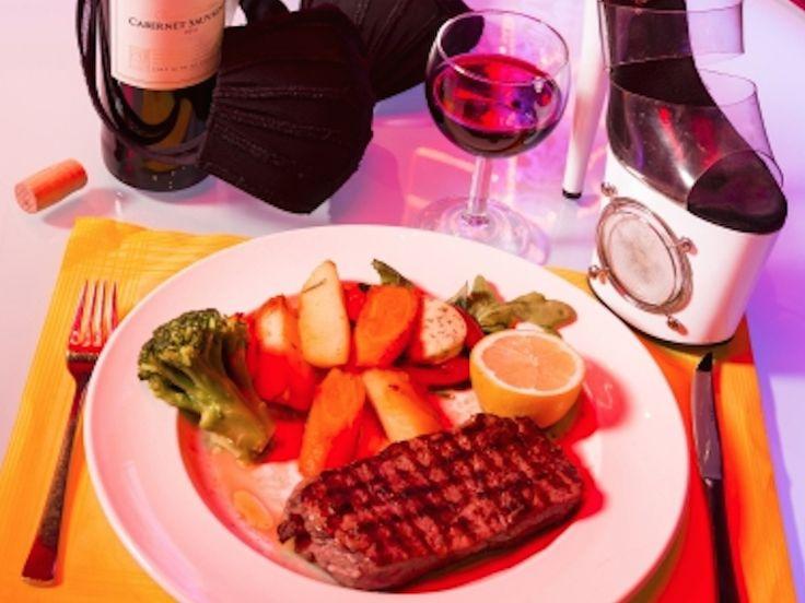 Strip & Steak - nicht nur das Steak ist heiß...Saftige Steaks, topless Bedienung und zum Nachtisch eine Sahne-Show?Das ideale Programm für einen edlen Junggesellenabschied, für besondere Firmenfeiern, zum Feiern mit Freunden oder zum runden Geburtstag. Nehmt Platz im VIP Bereich in einem der besten Strip Clubs von Hamburg. Während der Live DJ die Platten auflegt, bringt uns die attraktive Topless-Bedienung Bier und argentinisches Rumpsteak