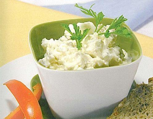 """Für denAufstrich mit Ei - light ein hartgekochtes Ei, Magertopfen, Schmelzkäse und """"Essiggurkenwasser"""" gut vermixen. Dann die Gewürze"""