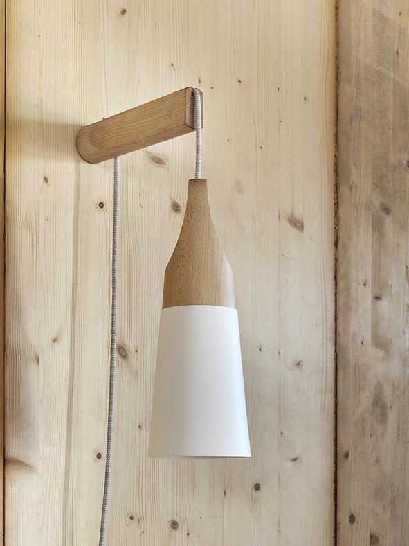 Applique moderna: legno più colore Slope, design Skrivo per Miniforms, ha l'estremità in faggio naturale e il cono laccato nei colori bianco, giallo, e grigio seta. Anche nella versione sospensione www.miniforms.eu