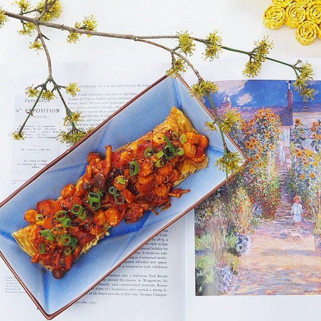 Enjoying  #impressionism and an #omelette with #gochujang for #breakfast.  #nomnomnom #taschen #monet #flowers #weekend #glutenfree #healthychoices #vegetarian #comfortfood #mushroom #babycorn #foodphotography #theartofplating #eatitdonttweetit