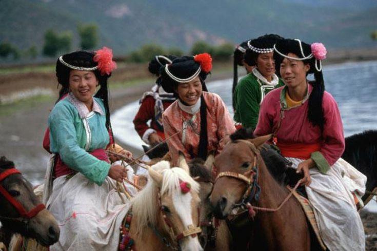 La società matriarcale dei Moso si distingue da altre società simili perché non pratica il matrimonio.   Chi sono i Moso e dove vivono? «I Moso sono una minoranza etnica matriarcale e matrilineare, che vive nello Yunnan» (yun = nuvola; nan = sud), provincia sud-occidentale della Cina, situata ai