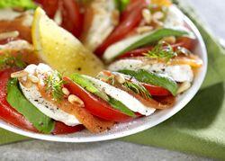 Tomaat-mozzarella met zalm en pijnboompitjes