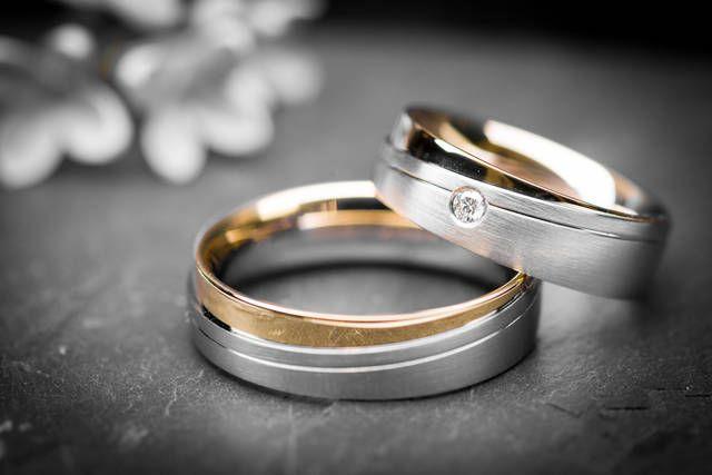 Anelli bicolore per i 25 anni di matrimonio - FOTO