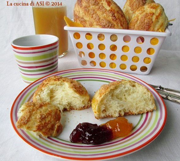 Deliziosi panini al latte con zucchero di canna...sono troppo buoni hanno pochi grassi e sono sofficissimi, insomma una vera delizia!! Ricetta La cucina di ASI