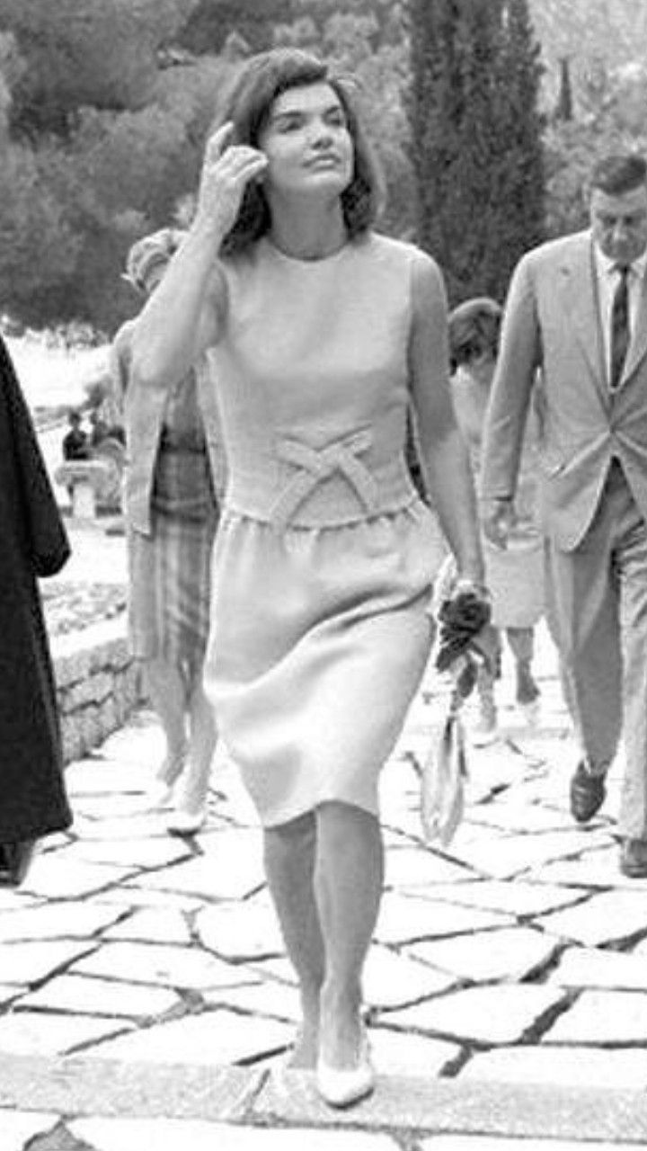 mud-jackie-kennedy-up-her-skirts