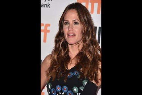 Jennifer Garner caused a stir on Monday (03Oct16) when she joked that she's dating newly single actor Brad Pitt.
