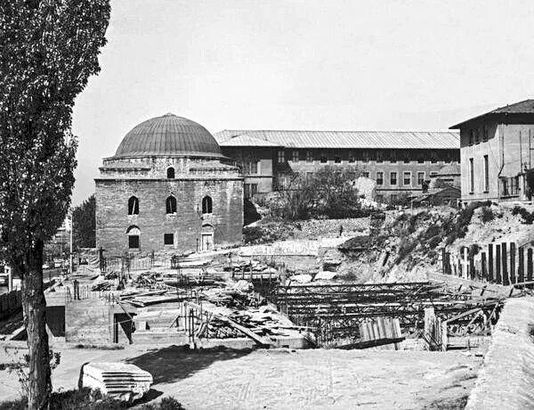 Beyazıt/Patrona Hamamı  Arkada @istanbuluniv Edebiyat Fakültesi  ve önde Merkez Kütüphane inşaatı