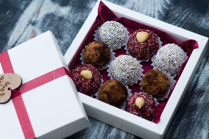 Натуральные сладости из орехов, семечек, ягод и сухофруктов. Подарочный набор на 9 конфет.