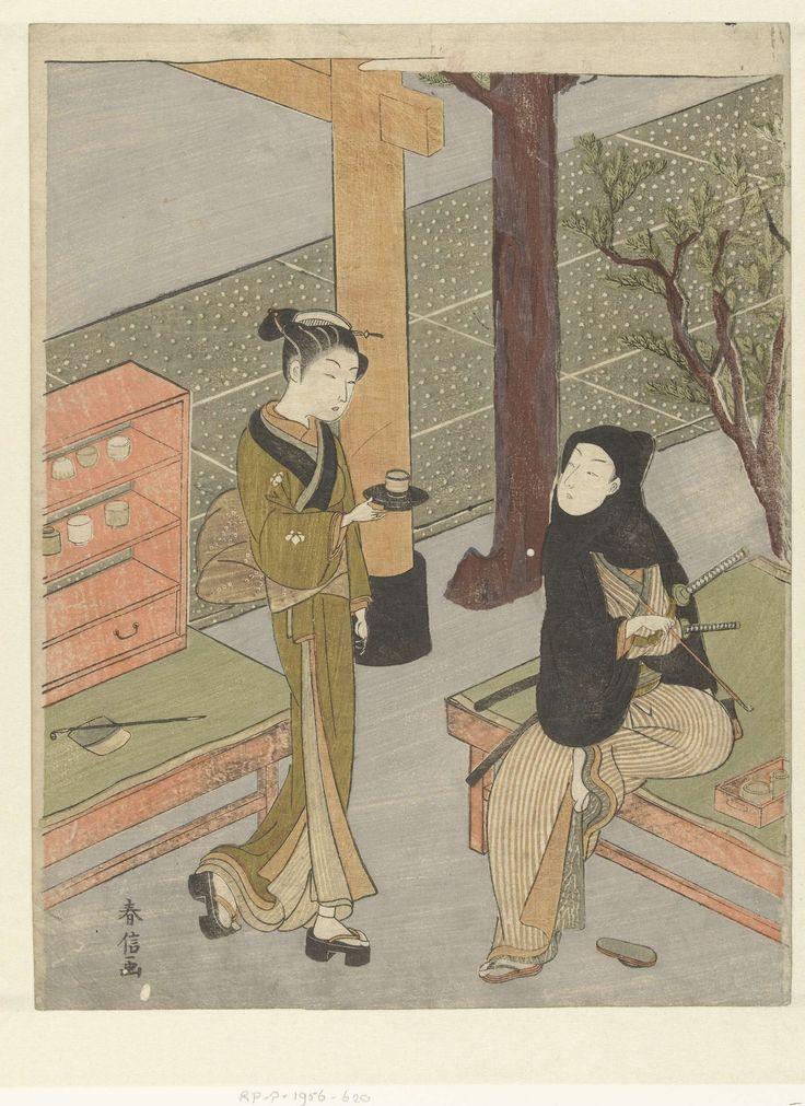 Anonymous | Osen serveert thee aan een klant van haar theekraampje bij het Kasamori heiligdom., Anonymous, 1768 - 1772 | Vrouw met kop en schotel, lopend naar zittende man in zwart gewaad met capuchon, twee zwaarde en pijp in rechter hand. Achter de vrouw een theekraampje, waarnaast de rode voet van een torii en cederbomen.