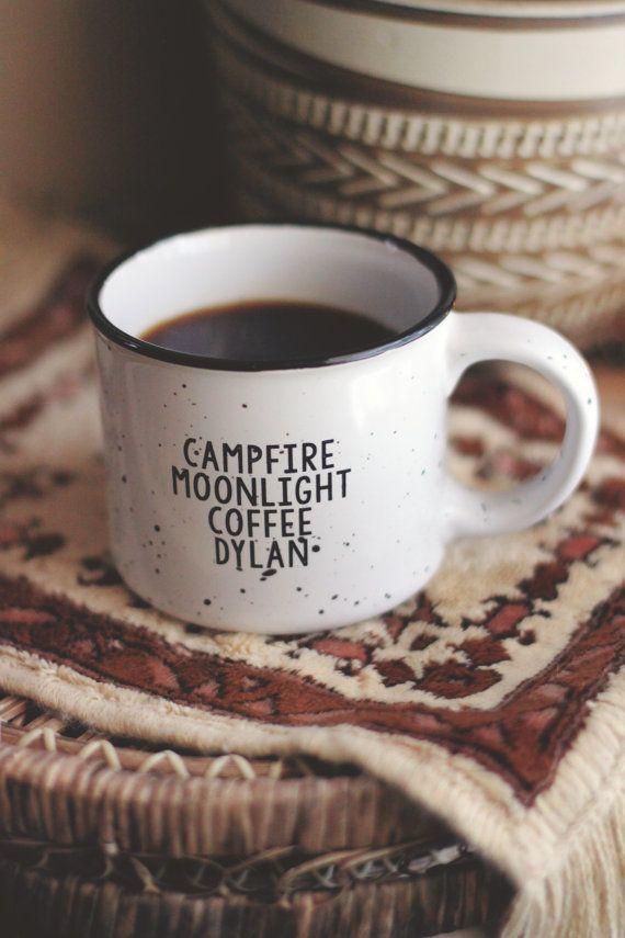 We worden opgestookt om eindelijk onze kampvuur mok terug in de winkel...  Deze kampvuur stijl keramische mok is perfect voor zitten rond het kampvuur met uw favoriete winter drank... koffie, warme chocolademelk, hot toddy of zelfs soep! Het grote 13 oz formaat is ideaal voor het houden die u vulstof opwaarts voor een tijdje. Wij opnieuw ons immer populaire Dylan Tee ontwerp met het woord koffie in plaats van whiskey, uitsluitend voor deze mokken. (Hoewel u altijd een klein scheutje whisky…