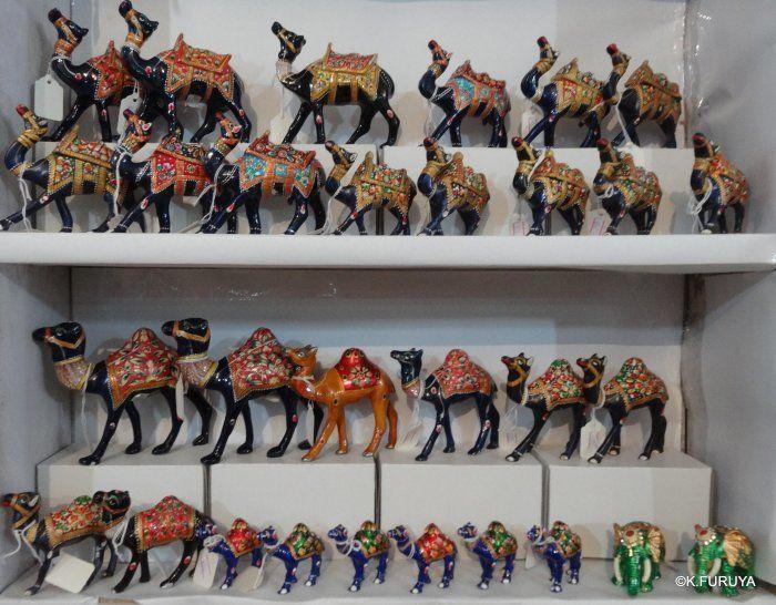 """途中トイレ休憩で寄ったお店にもお土産ラクダがいっぱい並んでいました。    ラジャスタン州ではラクダの売買が行われる""""ラクダ祭り""""があちこちで行われます。    ホントはそれが見たかったんですけど、時期が合わず残念…"""