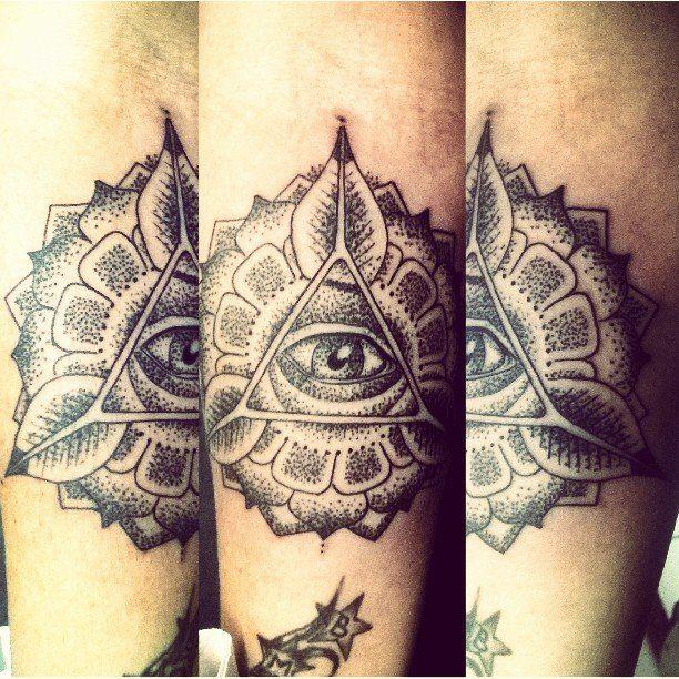 Tattoo de hoy ! Gracias x confiar #mandala #dotwork #puntillismo #tattoo #eye #triangle #emilianoemetattoo  los esperamos en timetattoo olavarria 2831, Mardelplata♥