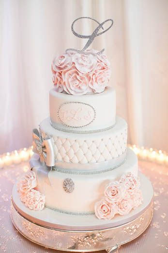 Monogram wedding cake ❤ I love this cake annnnnd it has an L on top :) even better !