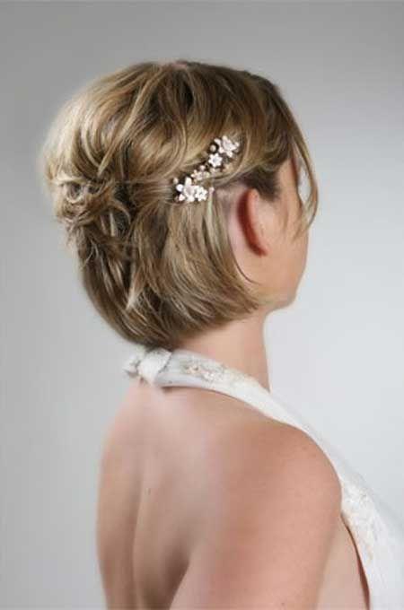 Sencillo recogido para novias con pelo corto y adornado con bonitas pinzas o pasadores decorados.