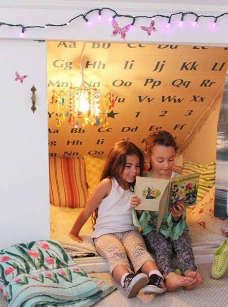 Creare un angolo lettura per bambini in cameretta o in salotto - Tenda, cuscini e illuminazione artificiale