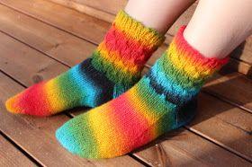 Piti kuvata nämä sukat auringossa, niin langan herkkuvärit pääsevät esille. Neuloin pyöröillä kaksi yhtäaikaa ja käytin kahta kerää, langat ...