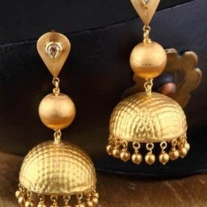Gehna offer to showcasing Delicate gold texture work on 18k gold forms the highlight of this jhumki with diamond accents online in Chennai.