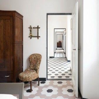 Włoskie studio Groppo z Genewy otrzymało zadanie renowacji i odświeżenia wnętrza włoskiego domu z XIX wieku . Architekci zajęli się jednym z trzech pięter. Podstawową zmianą było wyposażenie wnętrza w meble z epoki. Jednak w roli głównej występuje tutaj podłoga. http://sztuka-wnetrza.pl/1543/artykul/aranzacja-mieszkania-z-podloga-w-roli-glownej