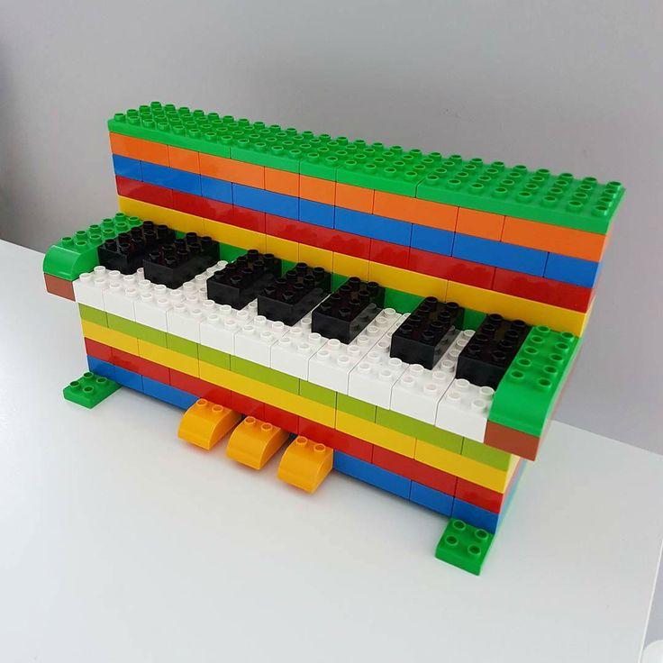 Hier siehst du ein Klavier aus LEGO® Duplo, das uns von BRICKaddict.de gefällt!