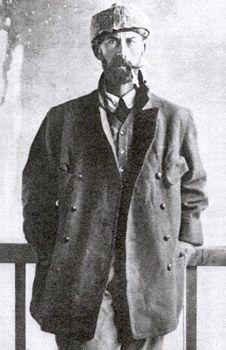 """Percy Fawcett fue una arqueóloga británica y la inspiración de Indiana Jones. En 1925 Fawcett, su hijo mayor, Jack y Raleigh Rimell partió profundamente en el Amazonas para encontrar una ciudad perdida mítica Fawcett llamado """"Z"""". Nunca volvieron. Más de 100 personas han muerto en numerosas expediciones para descubrir el destino de Fawcett y sus compañeros."""