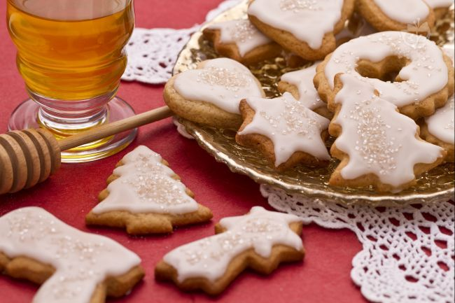 I biscotti al miele sono dolcetti dalle varie sagome decorati con glassa, molto saporiti grazie alle spezie e al miele in essi contenuti, che conferiscono loro un particolare gusto e aroma.