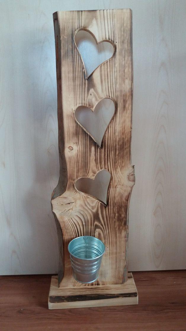 Liebevoll handgefertigtes Holzbrett (aus heimischen Wäldern).  3 Stück ausgesägte Herzen. Dekoration: 1 Stück Blumentopf Farbe silber  Mit Ständer - das Holzbrett können Sie ohne Probleme an...