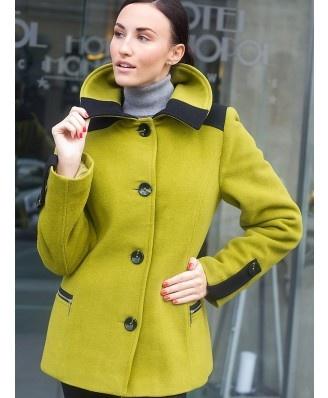 Cudowny, ciepły, bardzo oryginalny płaszcz idealny na zimne dni. Przepiękny kolor. Płaszcz zapinany na guziki. Z przodu dwie kieszenie zapinane na zamek.