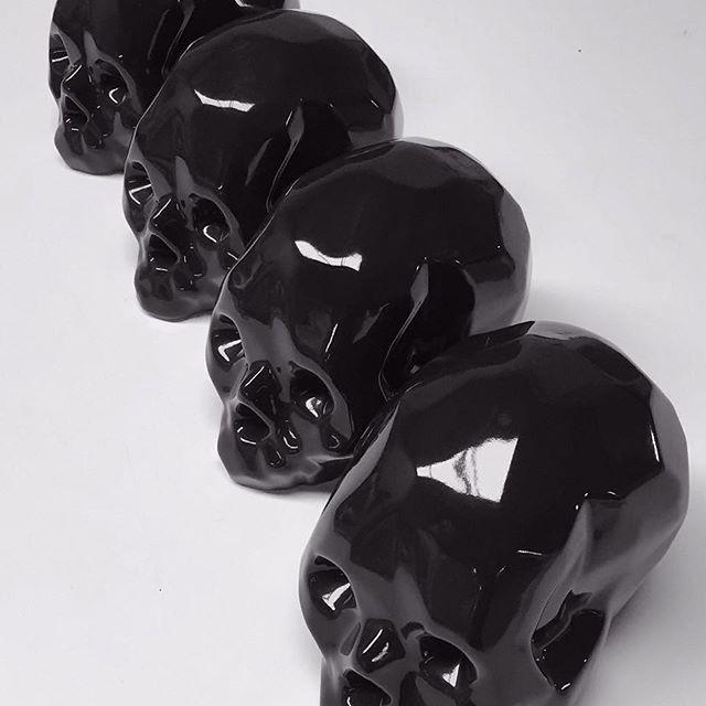 😍 💀 cráneos negros de AVICARIO de venta en @rau_mx . Precio $1,200 pesos #skull #craneo #negro #blackskull #avicario #rau #cdmx #ceramica #ceramic #decor #decoration #interior #design #mexico