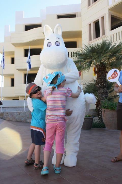 Muumikerho on 4–12-vuotiaille aurinkomatkalaisille tarkoitettu maksuton suomenkielinen lastenkerho, joka toimii koulujen loma-aikaan kuudessa eri hotellissa. Tässä Muumipeikko parhaillaan Alanyassa, Turkissa. #Muumit #Moomin #Aurinkomatkat #Perheloma