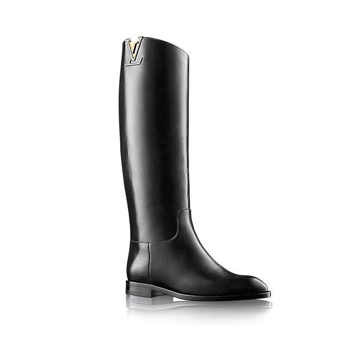 Descubra el Louis Vuitton Bota alta Heritage  Esta interpretación de Louis Vuitton de la clásica bota de montar se ha confeccionado con piel de becerro suave. Un adorno con las iniciales LV inspirado en el famoso bolso Capucines complementa este diseño depurado de atemporal elegancia.