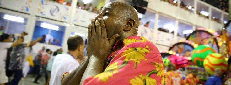 Mehrere Verletzte: Schwerer Unfall bei Karneval in Rio http://www.spiegel.de/panorama/rio-de-janeiro-schwerer-unfall-ueberschattet-finale-des-karnevals-a-1136411.html