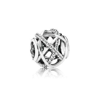 Reis naar een prachtig zilveren sterrenstelsel. PANDORA's gedetailleerde en met de hand afgewerkt sterling silver opengewerkte bedel is voorzien van een luxueusontwerp met cirkelende banen van sterren met glinsterende stenen. Een prachtig statement stuk.