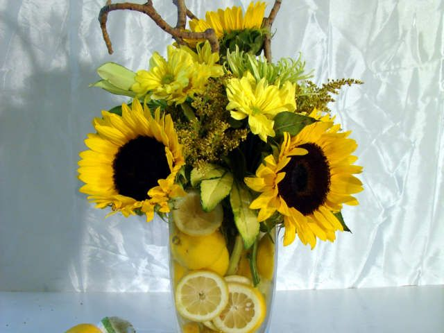 love the lemons in the vase, perfect for summer!
