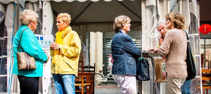 (door Gertrud de Vries)  Afgelopen zaterdag, 13 september, vond de Raad op Straat plaats in Dordrecht, een initiatief van de gemeenteraad om met de burgers te praten op straat. Op de Statenplaats, achter V&D, waren witte tenten opgesteld waar alle politieke partijen van de stad een stand hadden. Drie vragen die WEK Dordrecht, politiek podium, stelde die voor Dordtenaren interessant zijn.  Lees bericht op: http://www.wekdordrecht.nl/wek-dordrecht-raad-op-straat-2014/