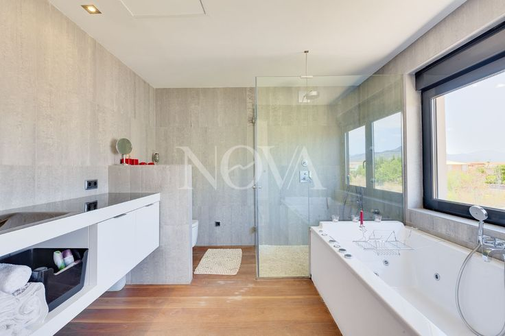 Enjoying a very quiet location in the urbanisation of Sa Planera in the municipality of Marratxí, this minimalist style villa in Majorca is only 10 minutes by car away from the centre of Palma. The Festival Park with its outlet shops, restaurants and cinemas as well as the motorway Palma-Alcudia can be reached within mere minutes. The spacious, modern villa was constructed in 2008 and sits on a large plot. It offers 4 bedrooms, 3 bathrooms and 1 guest WC, including a master bedroom with en…