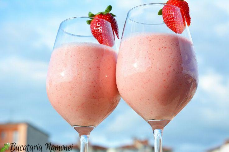 Ce spuneți de un frappe cu căpșuni aromat si energizant, gata pentru a fi savurat în mai puțin de 5 minute? Pentru rețetă dați click pe link iar dacă v-a plăcut îl puteți distribui prietenilor vostrii: http://bucatariaramonei.com/recipe-items/frappe-de-capsuni/  #fragole #capsuni #strowberry #iaurt #yogurt #reteta #recipe #lapte #milk #frappe #fructe #fruits