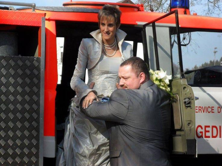 Et pourquoi pas avec un camion de pompier? Arrivée de la mariée en robe digaméSi en camion de pompier.