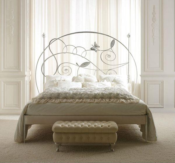 Rustik chateaux: Dormitorio muy chic con camas de hierro antiguas y modernas