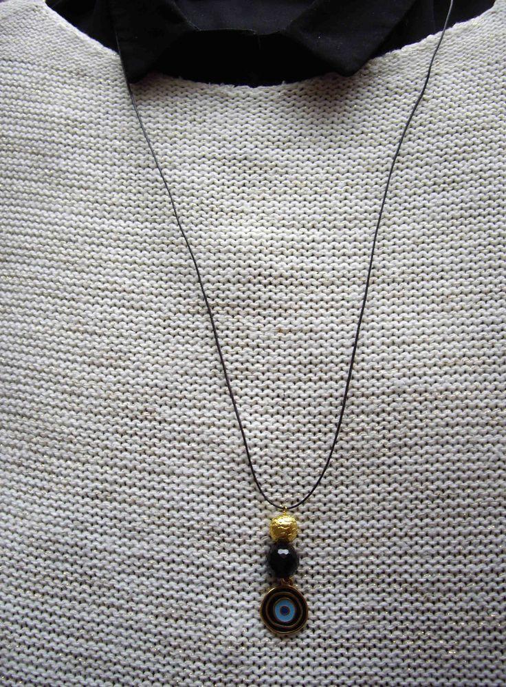 Μακρύ κρεμαστό με μεταλλικά διακοσμητικά και μαύρη κρυστάλλινη χάντρα.  Long pendant with charm and beads. Τιμή: 8 € Κωδικός: 28015/1