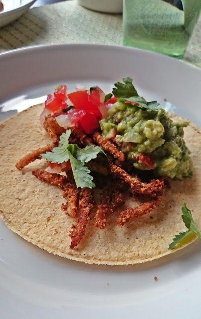 Ruokakonttuuri: Tortilla-ateria: tacomaustetut soijasuikaleet, lämpimät mustapavut, tomaattisalsa ja guacamole
