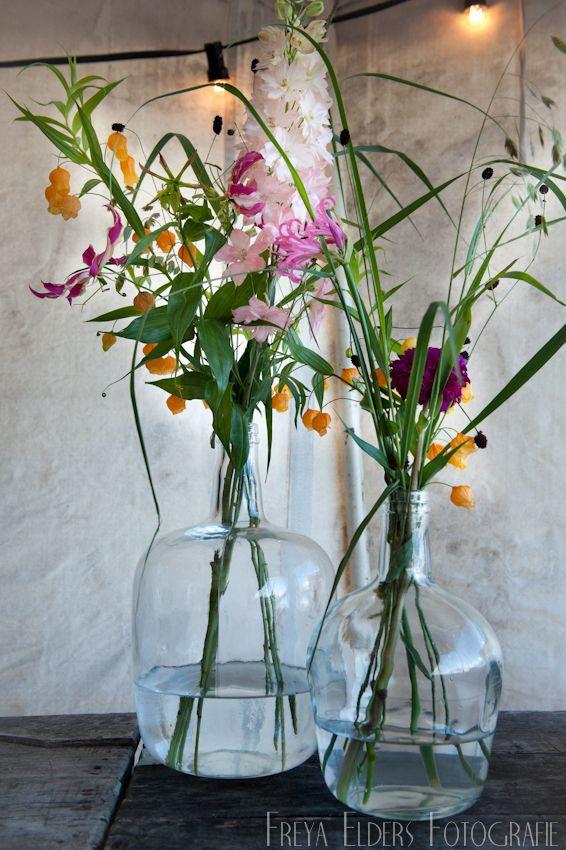 Er hoeven niet altijd veel bloemen in een vaas om het mooi te laten zijn. Bloemen: Sas Bloemiste - Edam. Fotografie: Trouwfotografie Freya - Warder