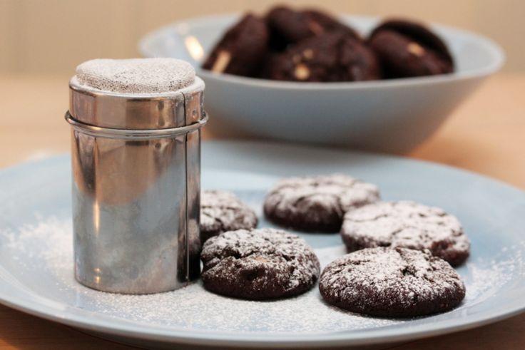 Hva er vel bedre til kaffen enn mørke, fyldige sjokoladekjeks med små hvite sjokoladeoverraskelser inni?