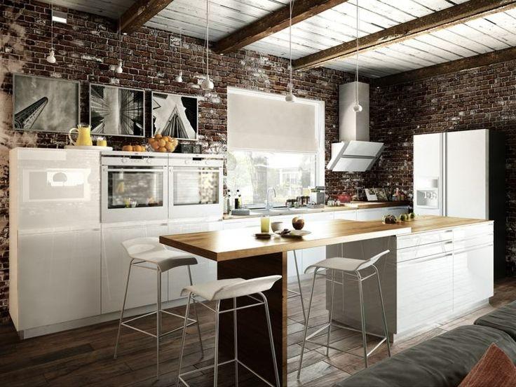 déco loft dans la cuisine ouverte avec mur de brique exposée, îlot central avec bar petit déjeuner et suspensions en métal