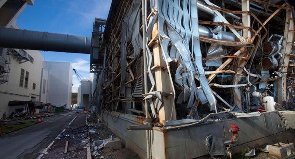 Uno squarcio di un reattore esploso a Fukushima.